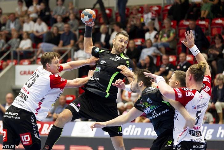 Ilyés Ferenc, a Grundfos Tatabánya KC játékosa dán játékosok gyűrűjében a férfi kézilabda EHF Kupa negyeddöntőjének TTH Holstebro–Grundfos Tatabánya KC-mérkőzésén a dániai Holstebróban 2019. április 21-én.