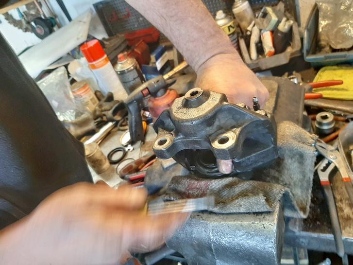 Még húzott a fék, kiderült, hogy 90 fokkal elforgatva szerelte be valaki régen a jobb első fékdugattyút
