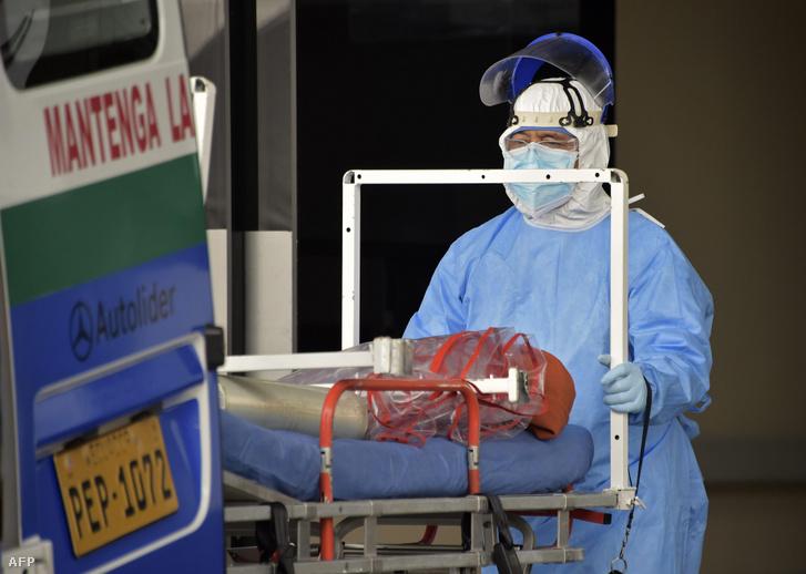 Egészségügyi alkalmazott Ecuadorban 2020. április 18-án.