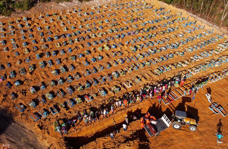 A koronavírus-járvány miatt tömegével ásott sírok a brazíliai Manausban