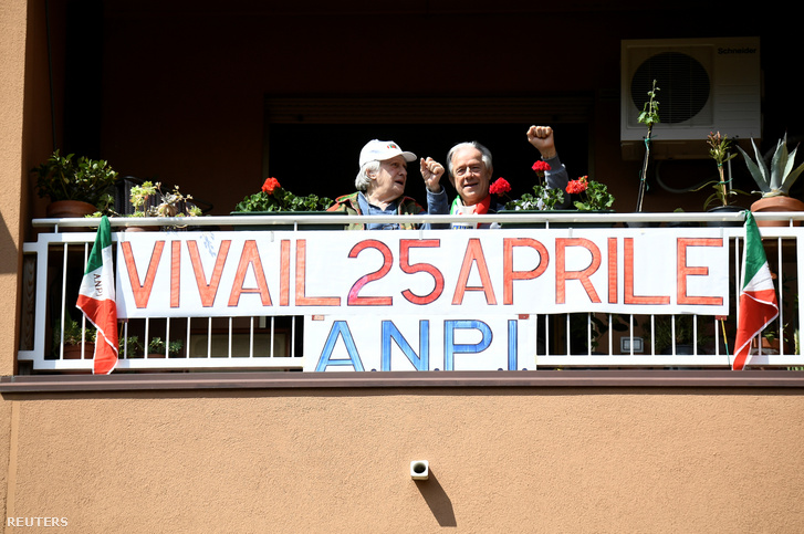 A Felszabadulás napját ünneplő olaszok 2020. április 25-én