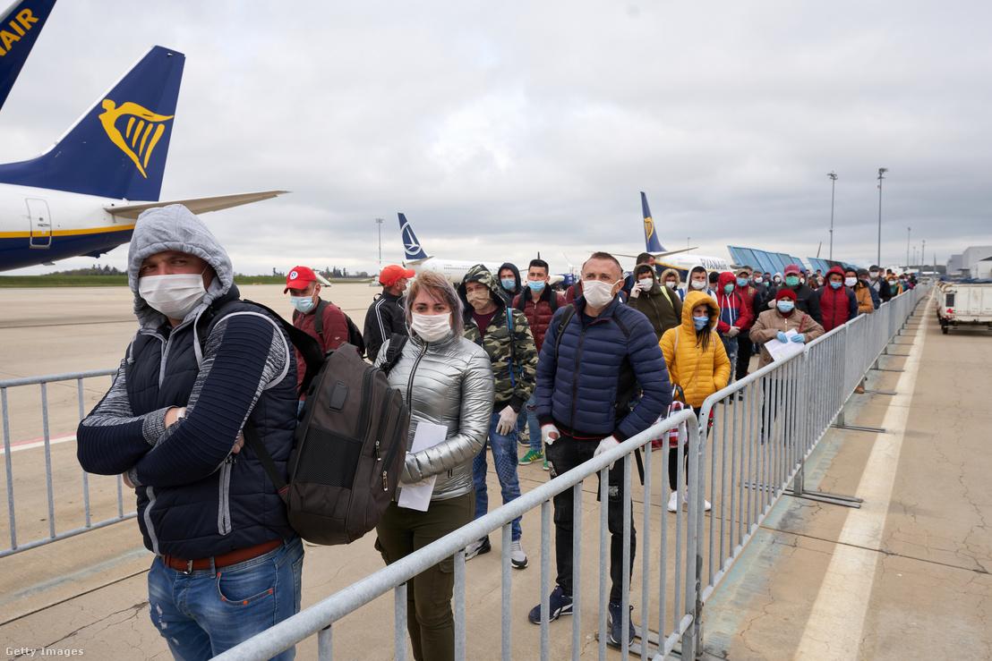 Belépésre és egészségügyi vizsgálatra váró román vendégmunkások a Hahn Repülőtéren, április 13-án