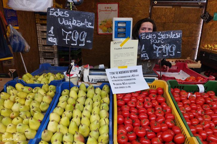 Az átvariált vásárlási idősávokra figyelmeztető tájékoztató a kispesti piacon