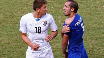 Visszavonul az olasz védő, akit megharapott Suárez