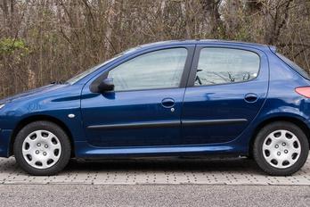 Hol lehet a benzinszűrő a Peugeot 206-oson?