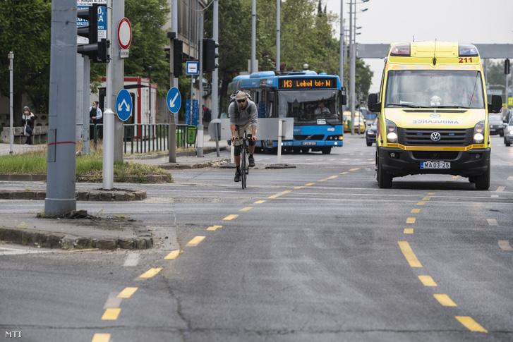 Kerékpáros halad a fővárosi Üllői úton kialakított ideiglenes biciklisávban 2020. április 25-én