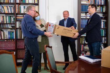 Gulyás Gergely és Simicskó István Kínából érkezett maszkokat ad át Pokorni Zoltánnak, a Dél-Budai Tankerület részére 2020. április 17-én