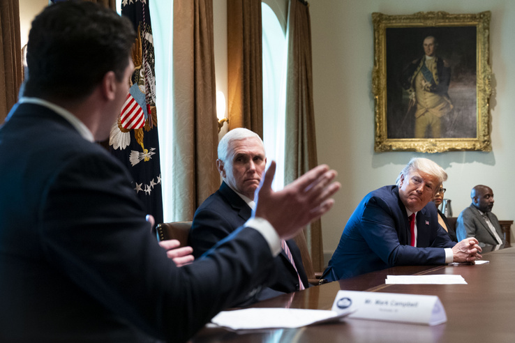 Donald Trump és Mike Pence koronavírusból felépült betegekkel találkozik a Fehér Házban 2020. április 14-én