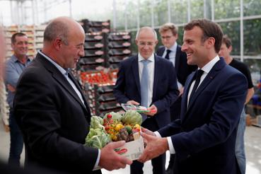 Emmanuel Macron francia elnök ajándékot kap egy farmon tett látogatása során 2020. április 22-én