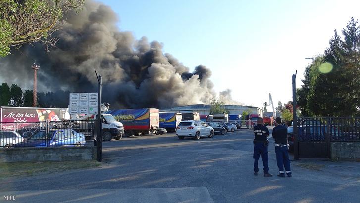 Egy szárazáru tárolására használt raktár tetőszerkezetében keletkezett tűz oltásán dolgoznak tűzoltók a Bács-Kiskun megyei Izsákon 2020. április 26-án