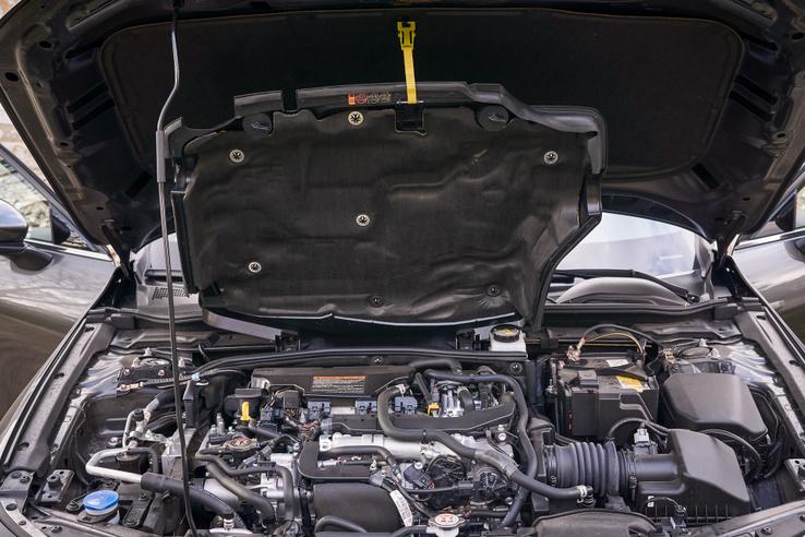 Minden gyár hangszigetelő burkolat alá rejti a motort, a Mazdáé azonban reteszelt, zsanéron nyílik, és kampóval rögzíthető felső állásban. Az ilyen finomságokért élek-halok