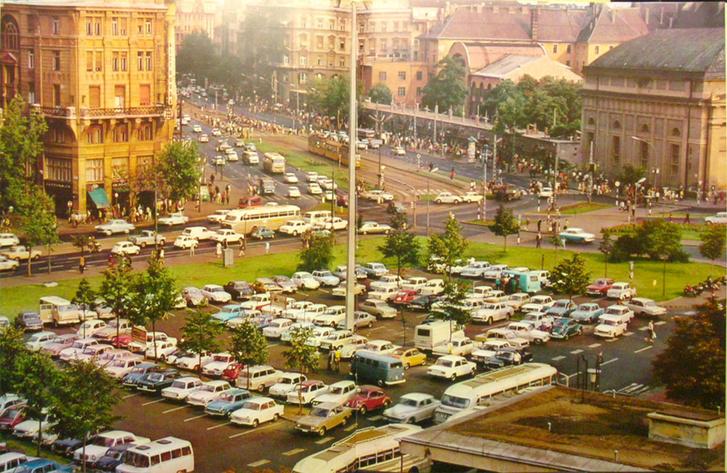 Az Erzsébet tér (akkoriban Engels tér) így nézett ki 2005-ig, csak kevesebb volt a szocialista jármű. Látszik a Kiskörút kétszer három sávos borzalma is