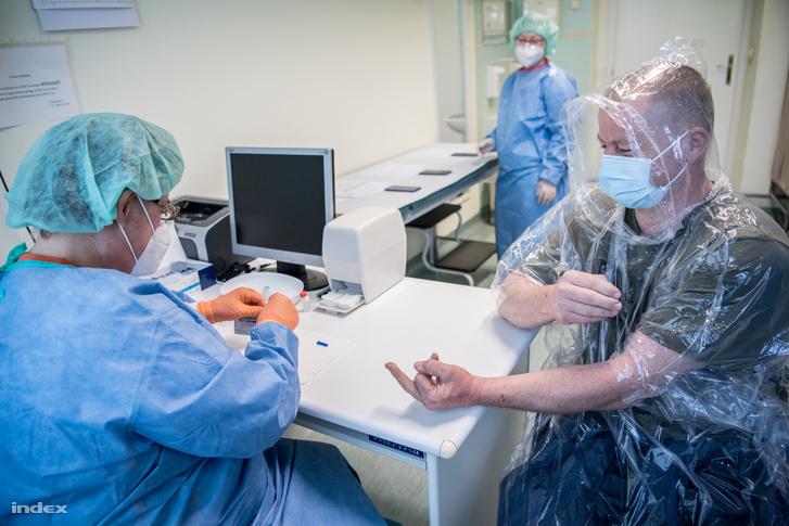 Koronavírus gyorstesztet végeznek a Kelen Kórházban 2020. április 24-én