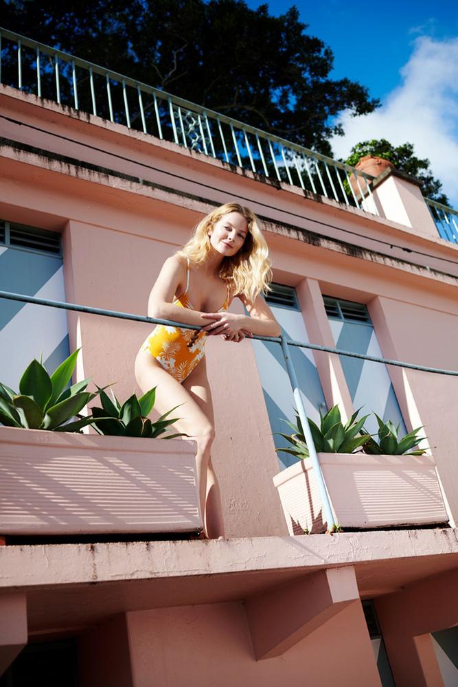 A szőkére váltott Mihalik fotósorozata egyébként kissé hasonlít Sofia Vergaraéra, aki a Dolce & Gabbana ruháiban pózolt nyaralós stílusban.