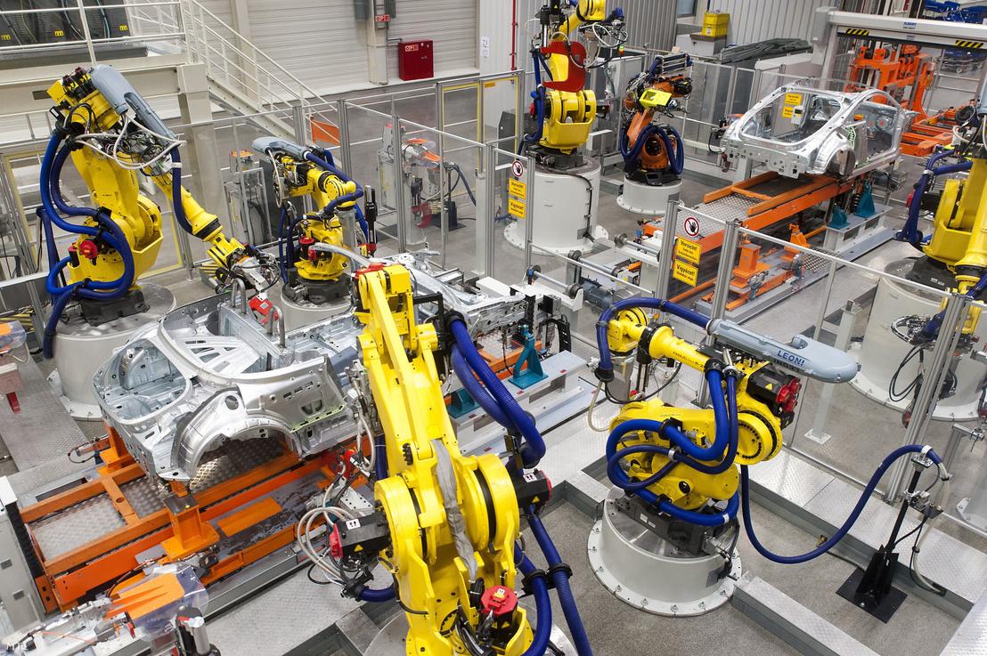 Robotok dolgoznak az Audi Hungária Zrt. győri karosszériaüzemében 2017. május 23-án