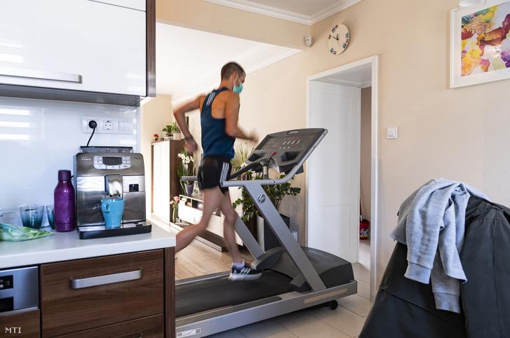 Helebrandt Máté a Nyíregyházi Sportcentrum gyaloglója edz nyíregyházi otthonában 2020. március 19-én