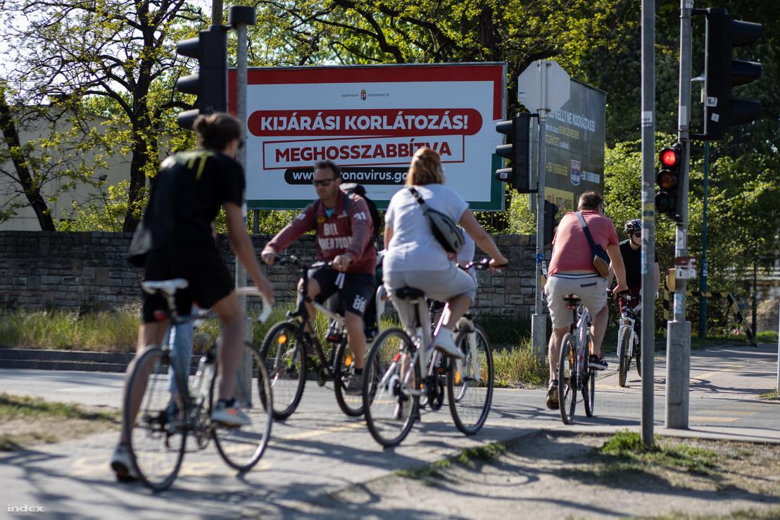 Kerékpározók Budapesten 2020. április 22-én