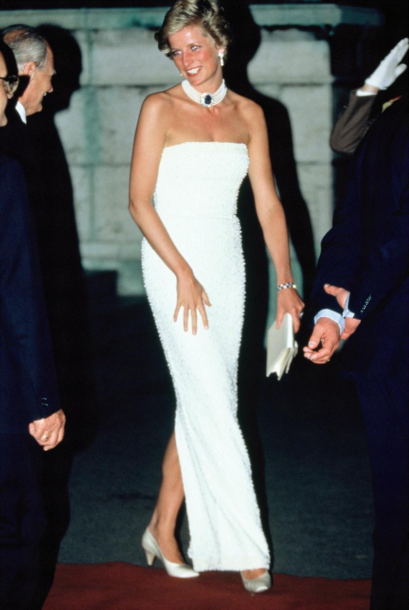 Diana hercegnő nagyon csinosan érkezett az Országházhoz, melynek Vadásztermében díszvacsorát tartottak a tiszteletükre.