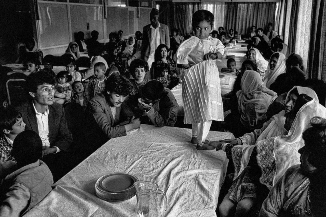 Megelőlegezett esküvői mulatság Afganisztánban a kilencvenes évek elején. Az asztalon álló lány a házassági ajánlat tárgya, rá várják az ajánlatokat néhány évvel a tényleges házasságkötés előtt.