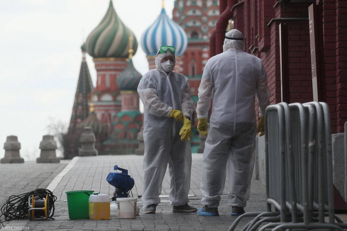 Moszkva utcáit fertőtlenítik 2020. április 23-án.
