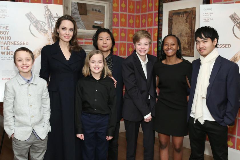 Angelina Jolie és mind a hat gyereke 2019 februárjában.