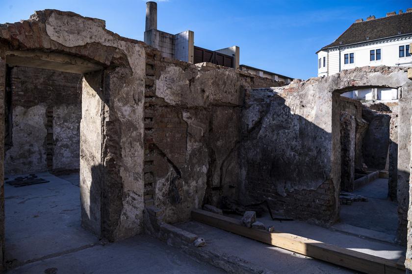 A Vöröskereszt Egylet egykori székháza Hauszmann Alajos tervei alapján épült fel 1902-re. A déli, reprezentatív bejárat falát egykor három gránittábla díszítette. Feltételezhetően most ezekből került elő két tábla, amelyek a második világháború alatt összetörtek.