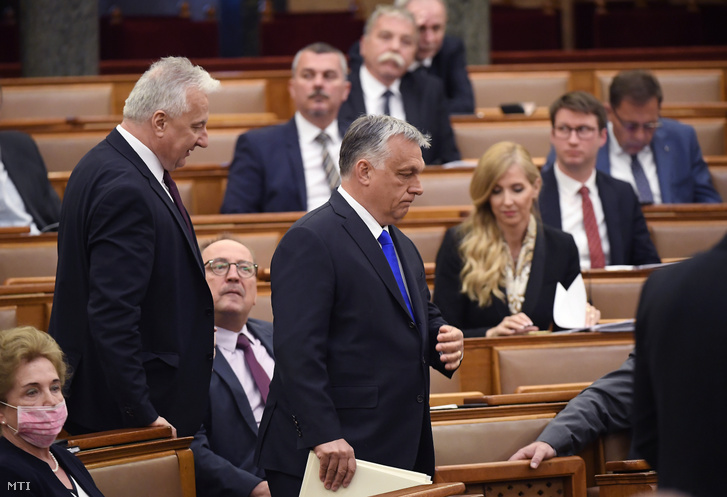 Orbán Viktor (középen) és Semjén Zsolt az Országgyűlés mai plenáris ülésén