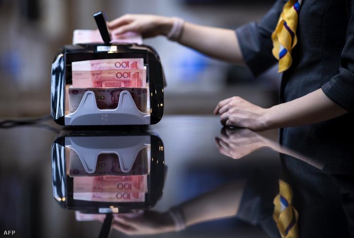 Kínai jüant számolt egy alkalmazott egy sanghaji bankban