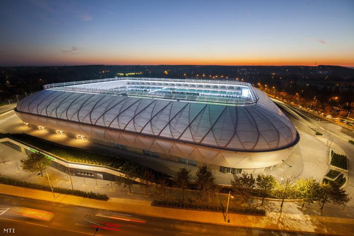 A szombathelyi Haladás 156 milliárd forintos költséggel felépült új sportkomplexumának 9000 férõhelyes UEFA IV-es besorolású teljesen fedett lelátóval rendelkezõ futballpályája a bemutató napján 2017. október 18-án.