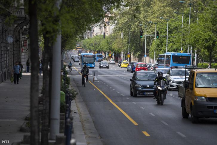 Kerékpáros halad a fővárosi Üllői úton kialakított ideiglenes biciklisávban 2020. április 25-én.