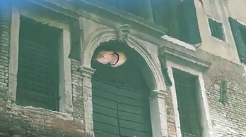 Mintha Velence épületein csúszkálnának a medúzák