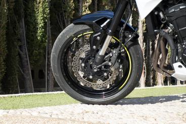 Semmi baj nincs a Z900 fékeivel és futóművével, de szívesen látnánk egy pimpelt R változatot