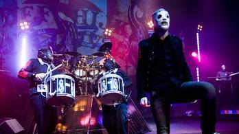 Aukcióra bocsátotta gitárjait a Slipknot énekese, hogy adakozzon a járvány alatt
