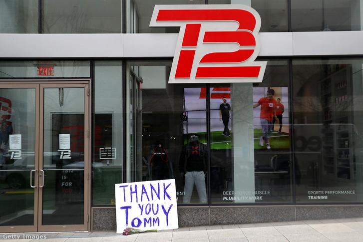 """""""Köszönjük Tom! Szurkolók búcsúznak Tom Bradytől egy üzenettel a bostoni TB12 Performance Recovery Center épülete előtt 2020. március 17-én"""