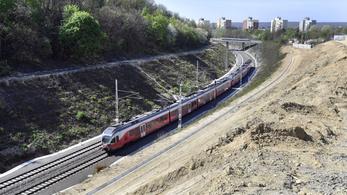 Nemcsak felújítják, hanem át is festik a piros FLIRT vonatokat