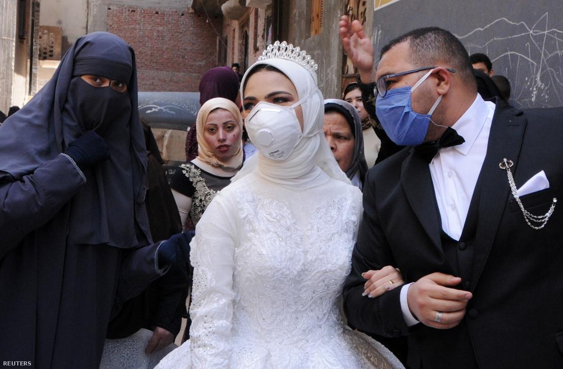 Maszkos esküvő a koronavírus-járvány miatt Kairóban 2020. április 16-án