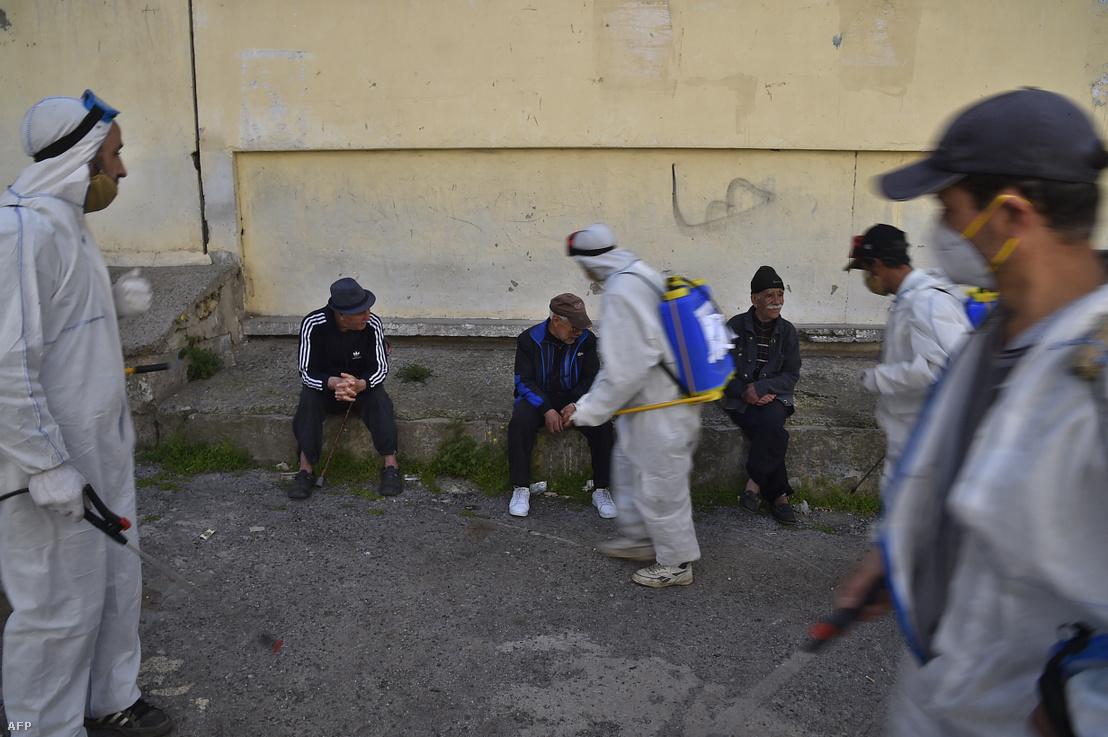 Önkormányzati dolgozók fertőtlenítik az utcákat Algéria fővárosában, Algírban 2020. április 9-én