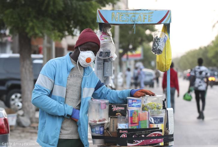 Szenegáli utcai árusító maszkban Dakarban 2020. április 20-án