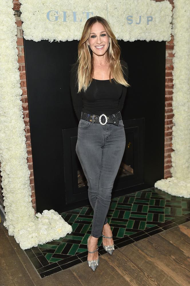Talán nem meglepő, ha Sarah Jessica Parker, aki a legtöbb ember fejében úgy él, mint a cipőmániás Carrie Bradshaw a Szex és New Yorkból, a való életben is szereti a cipőket, van is egy saját cipőmárkája