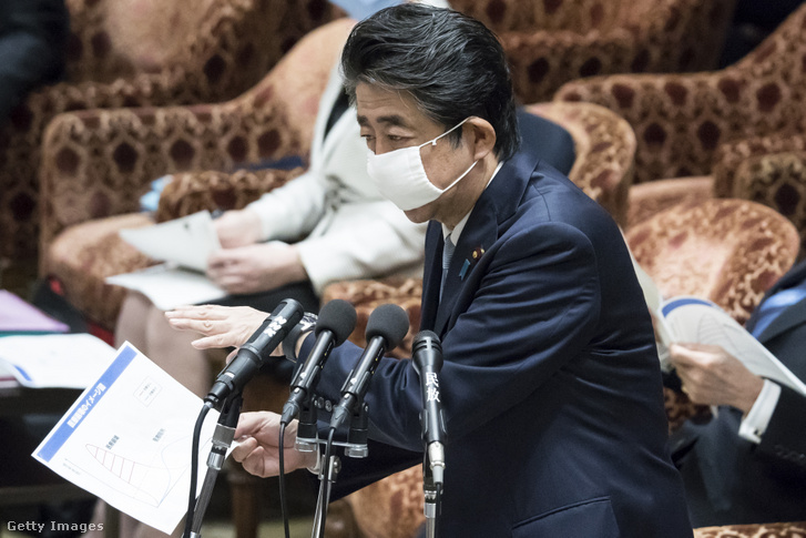 Abe Sindzó japán miniszterelnök beszél a parlamentben 2020. április 28-án.