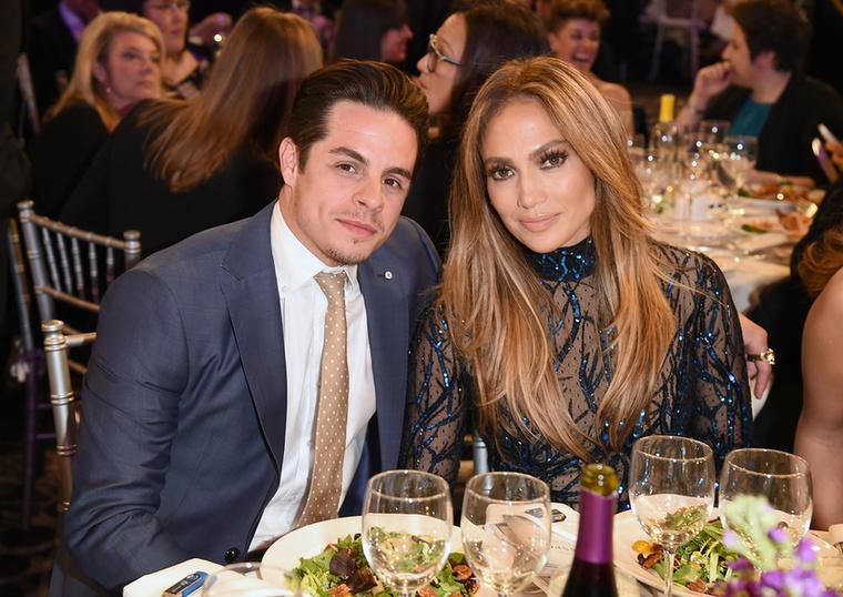 Jennifer LopezIgaz, hogy az énekesnő jelenleg Alex Rodriguez baseballjátékossal jár jegyben (aki egyébként 6 évvel fiatalabb nála), ezen a fotón mégis Caspar Smarttal látható együtt, ugyanis köztük közel 17 évnyi korkülönbség volt