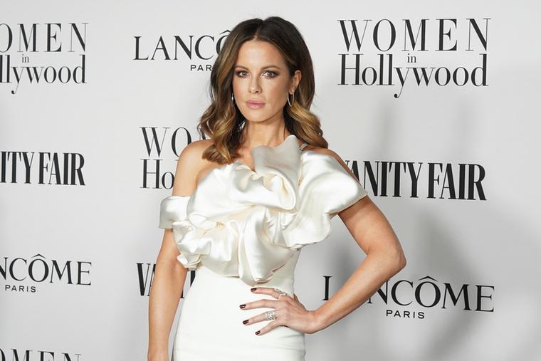 Kate BeckinsaleUgyan sokkal ritkábban, de az is előfordul, hogy egy idősebb nő választ magának jóval fiatalabb párt