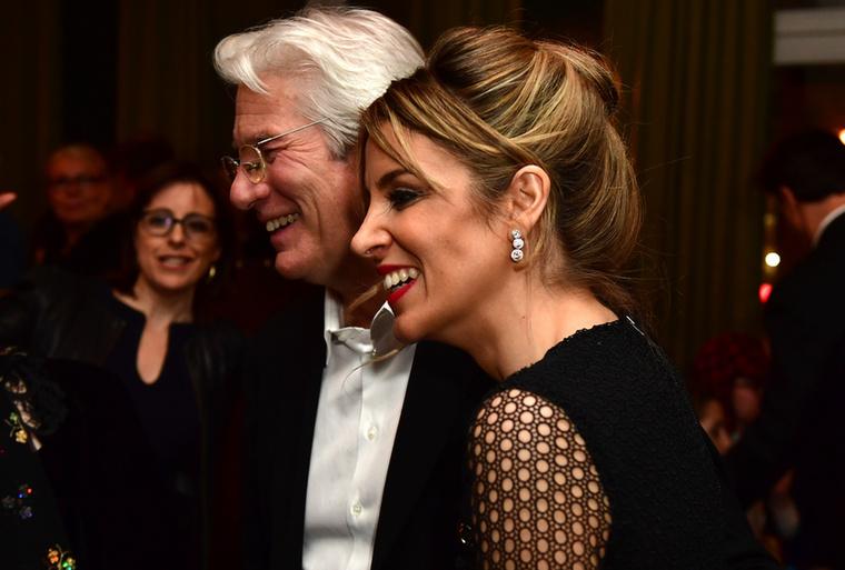 Fiatalabb nő, idősebb férfi - általánosságban ez a modell jellemző a párok korát illetően mind a hétköznapi életben, mind a hírességek világában