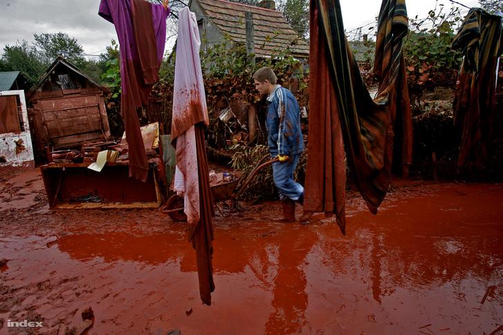 A vörösiszappal elöntött Kolontár 2010. október 6-án