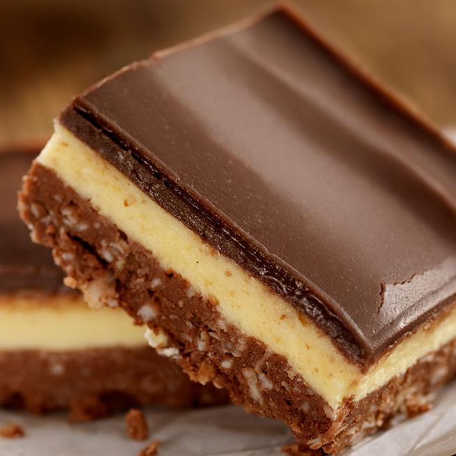 Isteni sütés nélküli sütemény: diós kekszalap, vaníliás krém és roppanós csokoládé alkotja