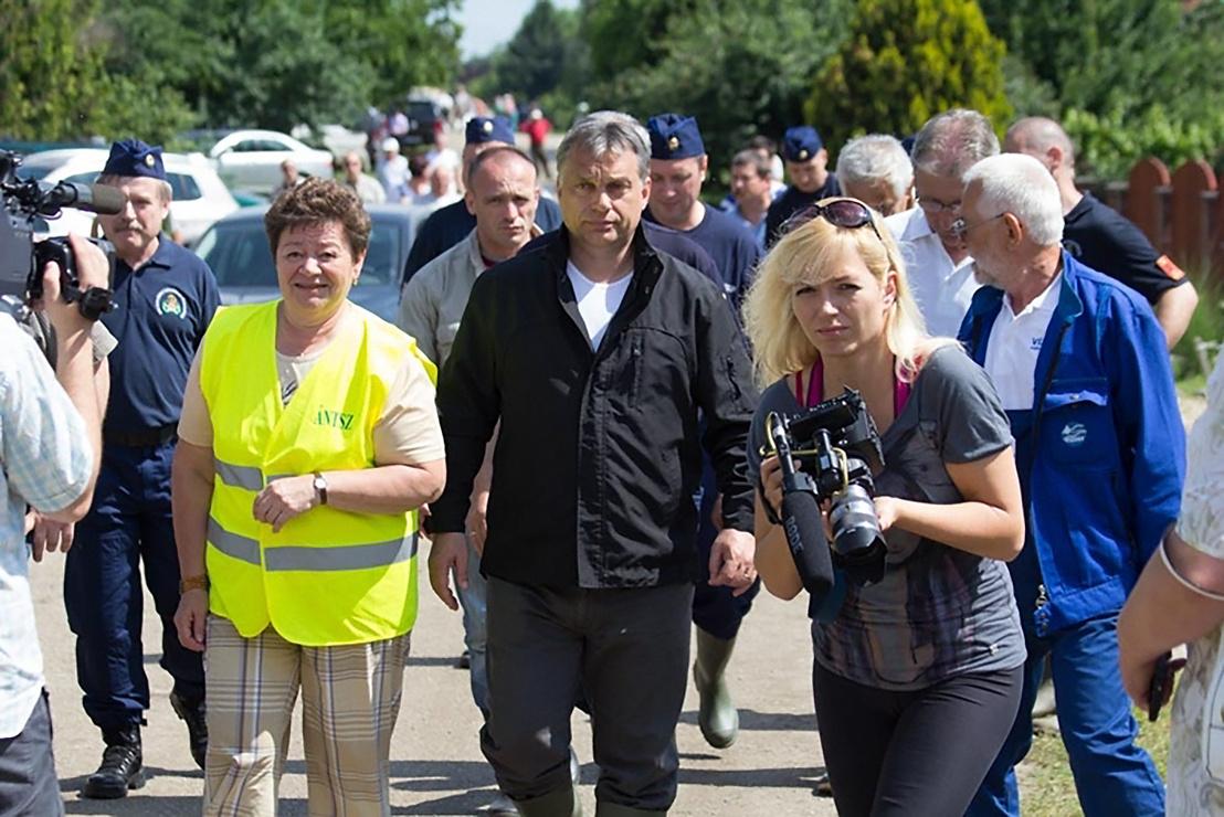 Müller Cecília, Fejér megyei tisztifőorvos és Orbán Viktor a 2013-as dunaújvárosi árvíz idején tartott szemlén Kisapostagon