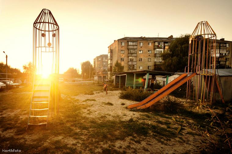 Kihalt játszóterek, kitört és foghíjas ablakú panelek