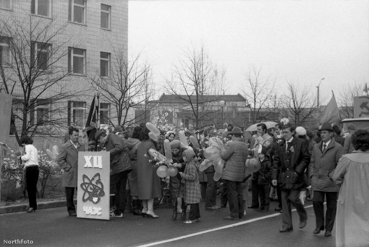 Az ezen a fotón látható tömeg pont a csernobili atomerőmű munkáját ünnepli, a képen látható plakát is az atomerőmű logóját ábrázolja