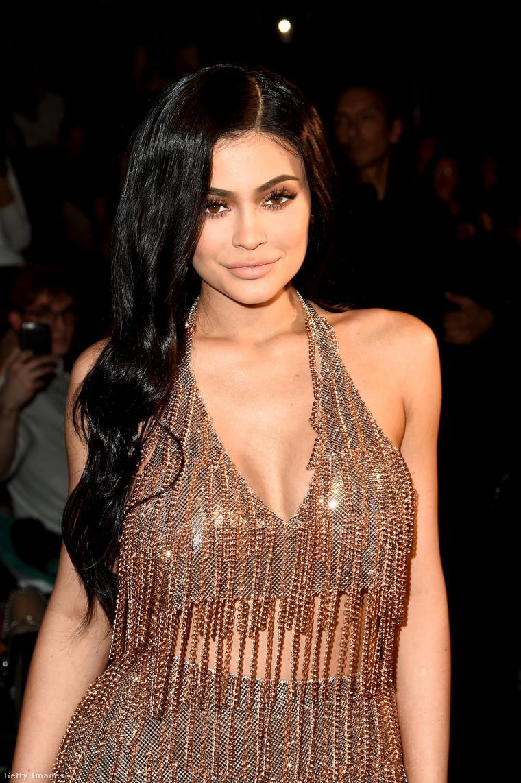 Sok sztár is rájött arra a nagy igazságra, hogy jó több lábon állni. Következő lapozgatónkban olyan sztárnőket mutatunk be, akik jól menő vállalkozásokkal büszkélkedhetnek. Kezdjük mindjárt a legprofibbal, Kylie Jennerrel, akit a Forbes nemrég a leggazdagabb (és legfiatalabb) milliárdosának kiáltott ki, ezt a kozmetikai termékeket áruló cégének köszönheti - vállalatainak egy jó részétől egyébként 2019-ben megvált, a Coty-nak adta el, de azért így is bőven tulajdonos maradt.