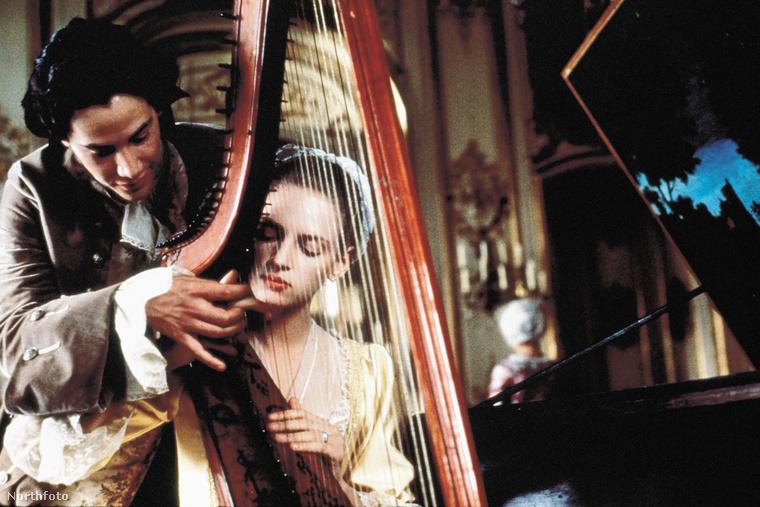 Thurman igazi szerelmét a Veszedelmes viszonyokban Keanu Reeves játssza, de sajnos a meztelen jelenetekben nem ő szerepel, hanem rendre mindig John Malkovich